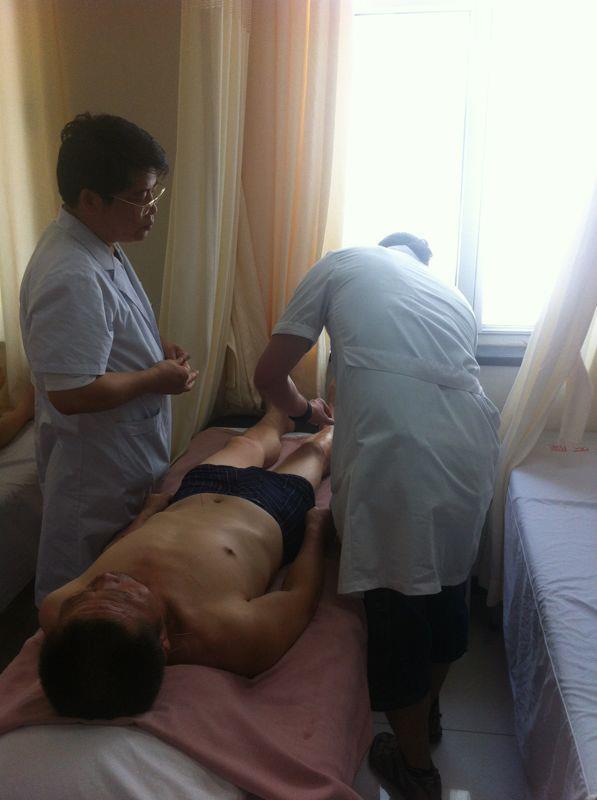 José punturando ante la atenta mirada del doctor Chen, en el departamento de Neurología del Hospital de Wangjing (Beijing, China)